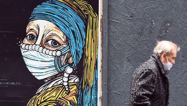 Граффити с изображением девушки с картины Яна Вермеера Девушка с жемчужной сережкой в медицинской маске  - Sputnik Italia