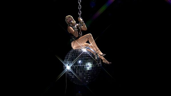 Miley Cyrus esibisce durante MTV Video Music Awards 2020 - Sputnik Italia
