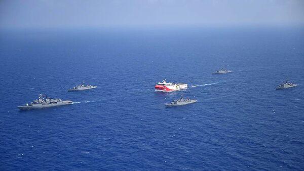 Questa fotografia rilasciata dal Ministero della Difesa turco il 12 agosto 2020, mostra la nave di ricerca sismica turca 'Oruc Reis' (C) mentre è scortata da navi della marina turca nel Mar Mediterraneo, al largo di Antalyaon, 10 agosto 2020. - Sputnik Italia