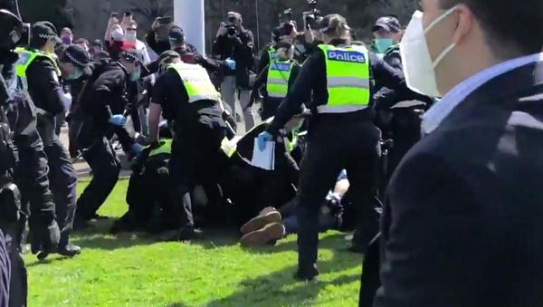 Scontri tra polizia e manifestanti in una manifestazione anti-lockdown a Melbourne - Sputnik Italia
