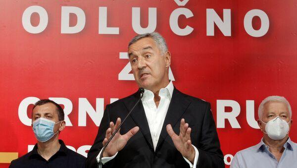 Il presidente montenegrino e leader del Partito Democratico dei Socialisti al potere, Milo Djukanovic, parla ai media dopo le elezioni generali a Podgorica, Montenegro, 30 agosto 2020 - Sputnik Italia