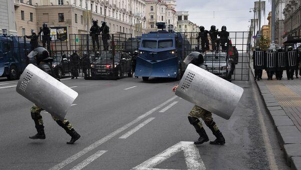 Polizia in assetto antisommossa nel centro di Minsk - Sputnik Italia