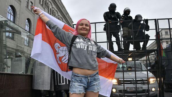 Una manifestante a Minsk, Bielorussia - Sputnik Italia