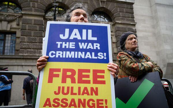 Con i suoi sostenitori all'esterno del tribunale Old Bailey che alzano cartelli secondo cui il procedimento in corso è una grave repressione della libertà di stampa, riprende stamane nella capitale britannica il processo per l'estradizione di Julian Assange negli Stati Uniti. - Sputnik Italia