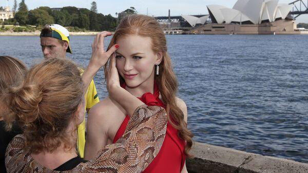 Визажист поправляет прическу восковой статуе Николь Кидман на выставке перед Сиднейским оперным театром в Австралии - Sputnik Italia