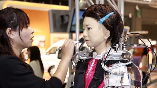 Визажист делает макияж роботу на выставке в Токио, посвященной домашнему уходу и реабилитации  - Sputnik Italia