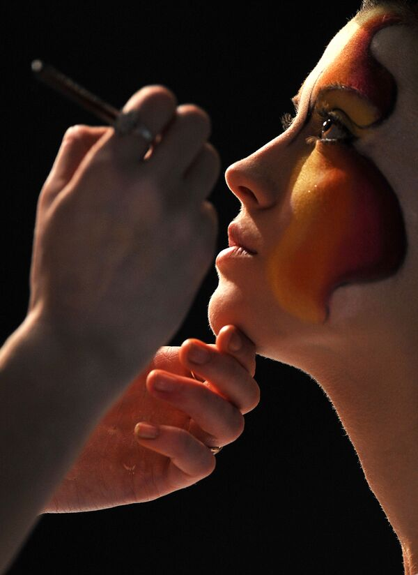 Un truccatore dipinge su una modella durante l'apertura del Festival Internazionale dell'Arte dei Parrucchieri Cristal Angel a Kiev, il 14 aprile 2010. - Sputnik Italia
