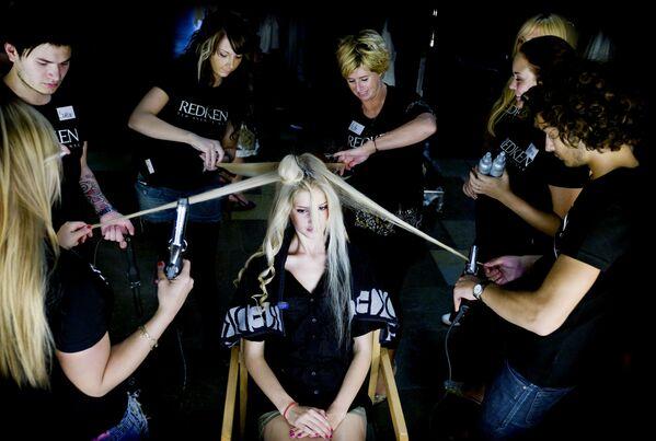 I parrucchieri fanno i capelli a una modella prima di una sfilata di moda a Copenaghen - Sputnik Italia