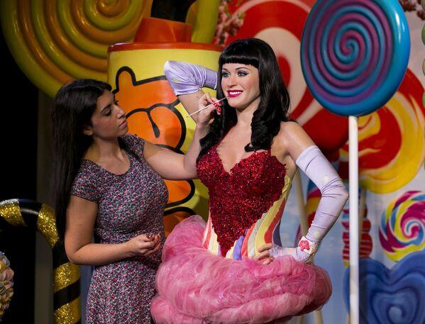 Gli aggiustamenti finali alla figura di cera della cantante americana Katy Perry, al Madame Tussauds a Londra - Sputnik Italia