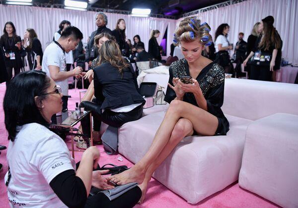 La modella olandese Romee Strijd si prepara per la sfilata di Victoria's Secret - Sputnik Italia