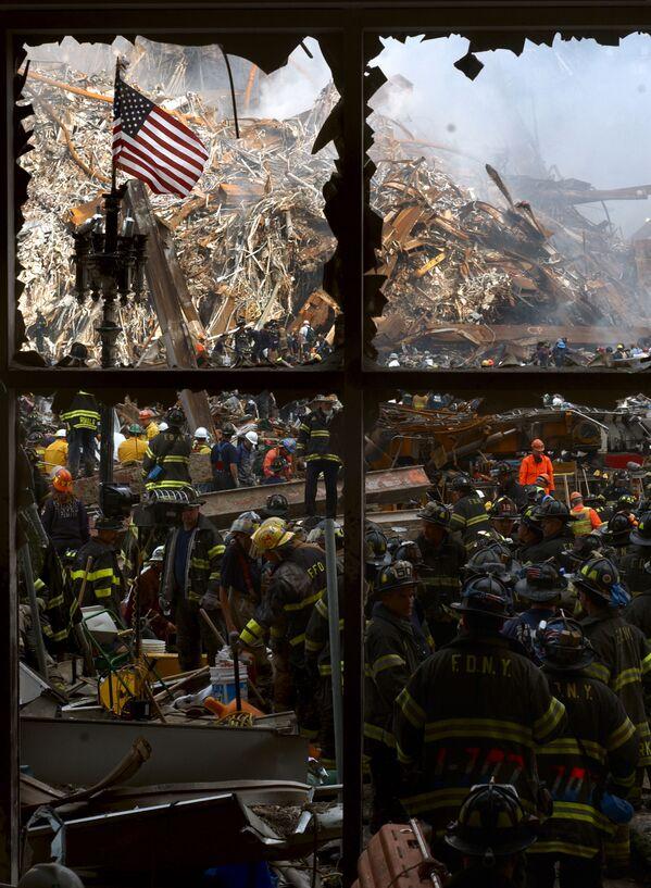 Vigili del fuoco scavano nelle macerie del World Trade Center a New York - Sputnik Italia