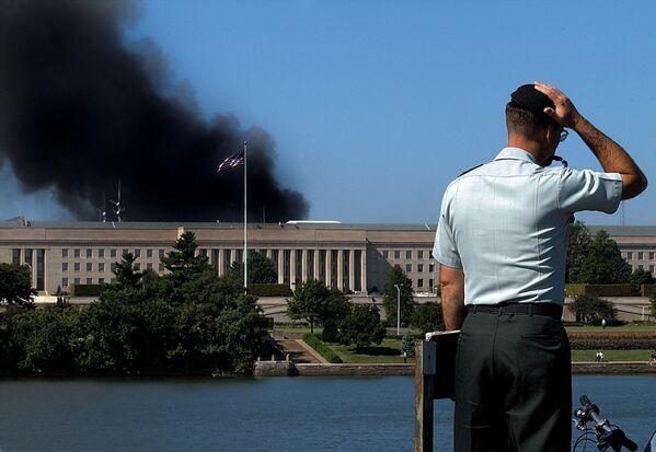 Un impiegato presso l'edificio del Pentagono dopo l'attacco terroristico dell'11 settembre, USA - Sputnik Italia