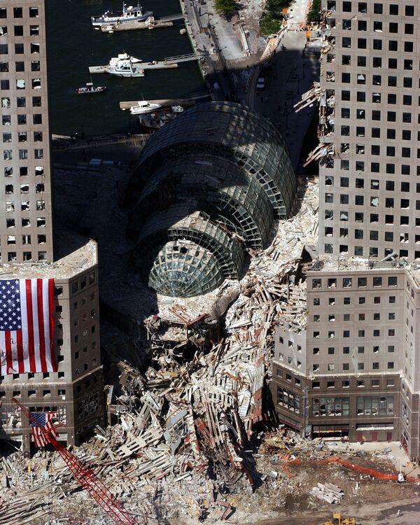 Pezzo di edificio crollato dopo l'attacco dell'11 settembre a New York - Sputnik Italia