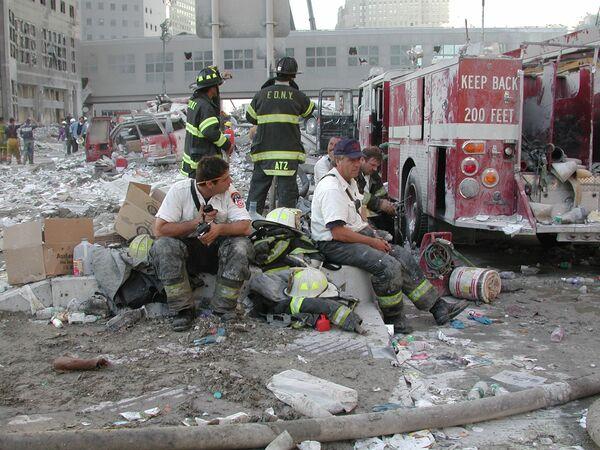 Vigili del fuoco vicino al World Trade Center a New York, l'11 settembre 2001 - Sputnik Italia