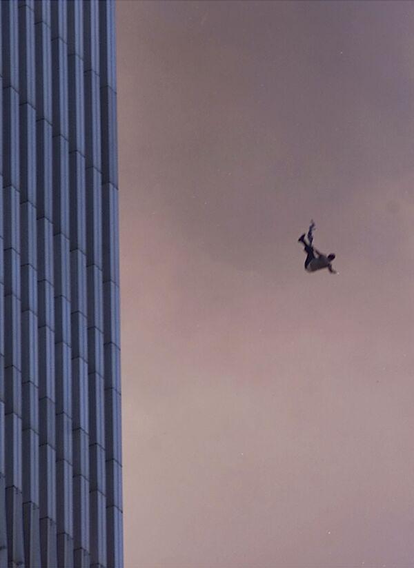 Un uomo cade da una delle torri del World Trade Center durante l'attacco terroristico dell'11 settembre a New York - Sputnik Italia