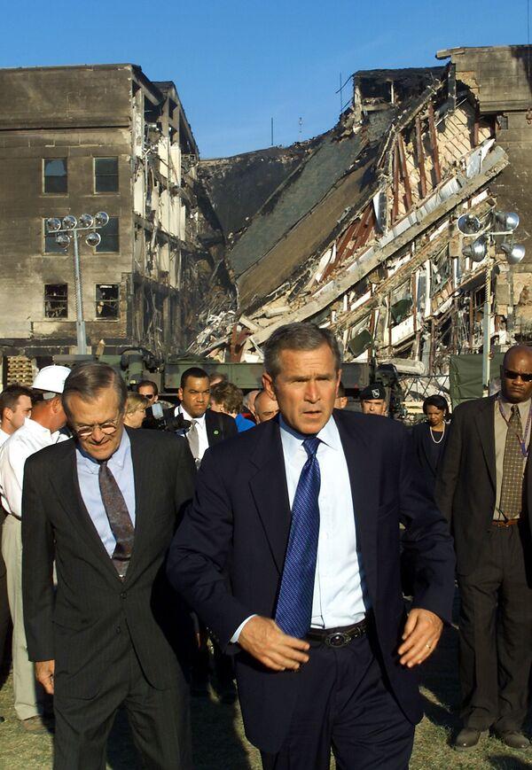Il presidente degli Stati Uniti George W. Bush visita il Pentagono attaccato dai terroristi, il 12 settembre 2001 - Sputnik Italia