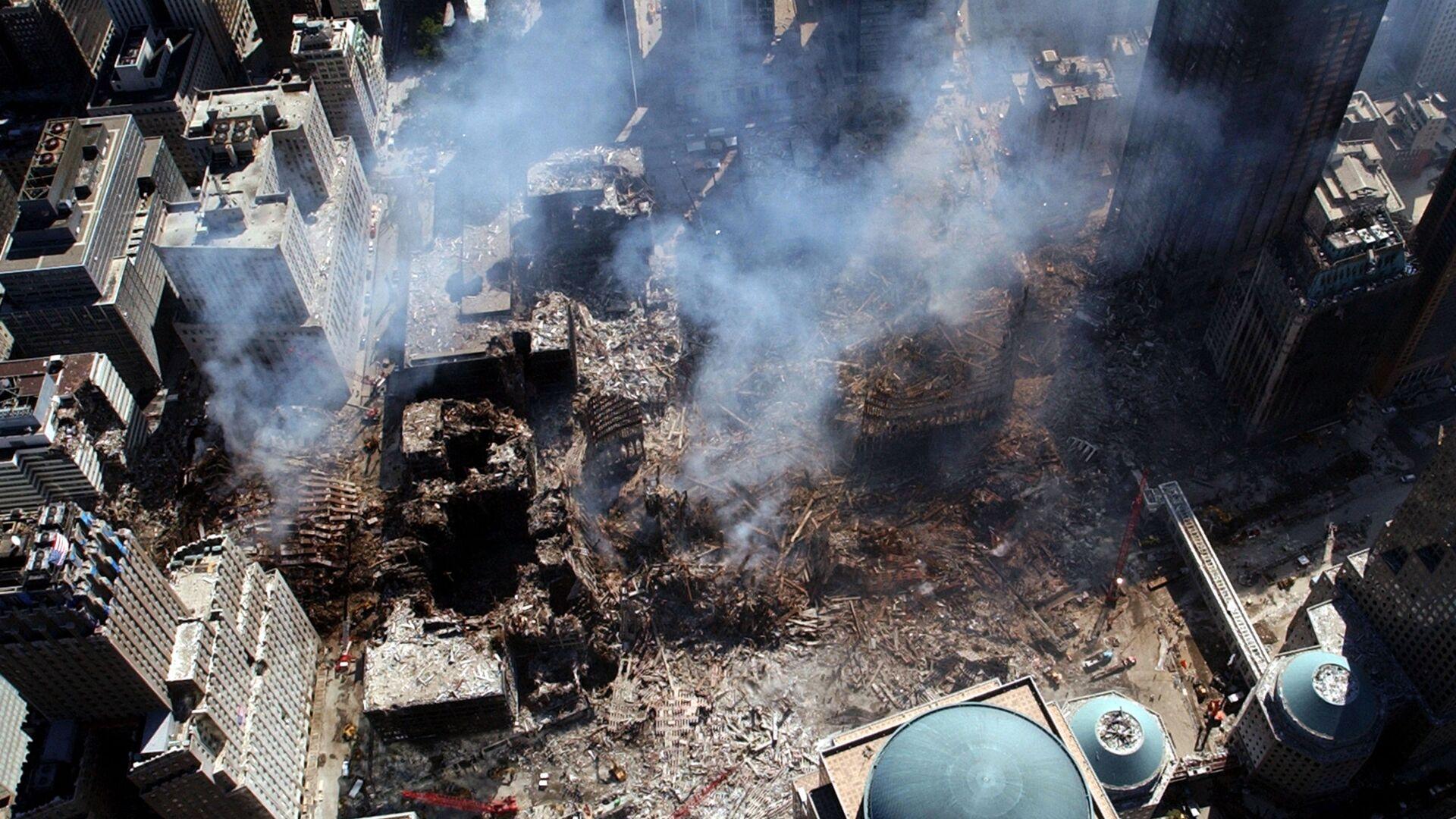 Вид сверху на разрушения на месте атакованного Всемирного торгового центра 11 сентября в Нью-Йорке  - Sputnik Italia, 1920, 11.09.2021