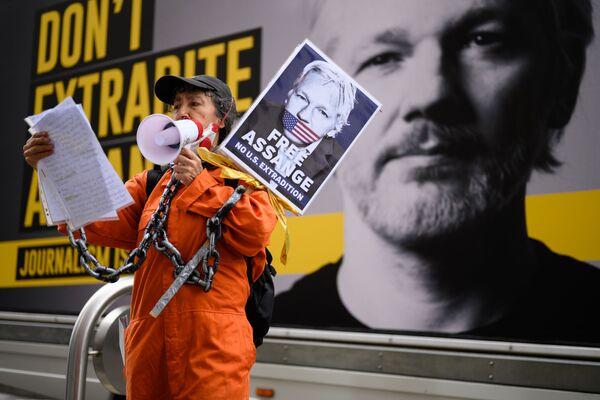 Sostenitrice di Julian Assange al corteo contro l'estradizione di quest'ultimo a Londra. - Sputnik Italia