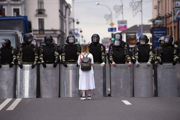 Una partecipante ad una manifestazione non autorizzata dell'opposizione bielorussa a Minsk. - Sputnik Italia