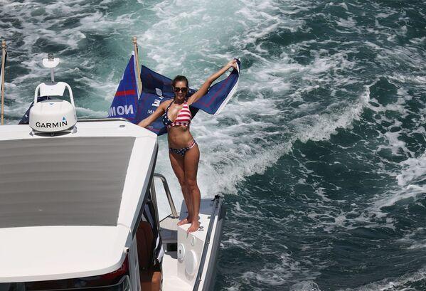Una sostenitrice di Donald Trump su una barca. - Sputnik Italia