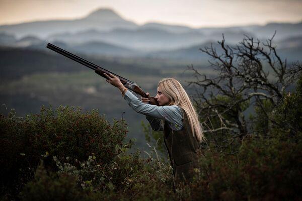 La cacciatrice francese Johanna Clermont posa per una foto in campagna. - Sputnik Italia