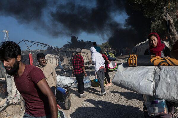 Migranti nel territorio del campo rifugiati Moria, in Grecia, dove si era verificato un incendio. - Sputnik Italia