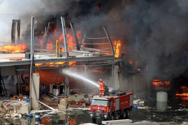 Un incendio nel porto di Beirut. - Sputnik Italia