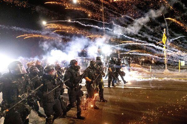 La polizia in azione alle proteste di Portland. - Sputnik Italia