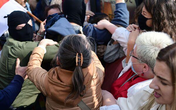 Scontro tra forze speciali e manifestanti al corteo femminile a Minsk - Sputnik Italia