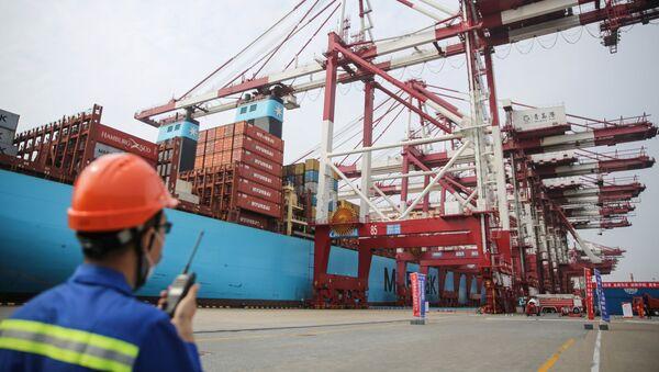 Porto commerciale a Tsingtao, in Cina - Sputnik Italia