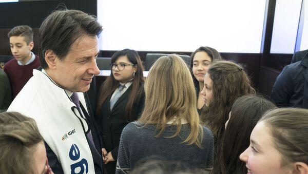 Il presidente Conte con una giovane scolara - Sputnik Italia