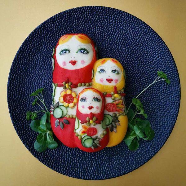 Jolanda Stokkermans utilizza principalmente, oltre a quello che ha a disposizione nel frigo e nella dispensa, spezie, verdure, salsa di pomodoro, coloranti alimentari naturali e la propria fantasia - Sputnik Italia
