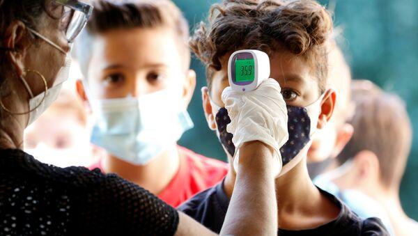 Ученики во время измерения температуры на входе в одну из школ в Риме  - Sputnik Italia