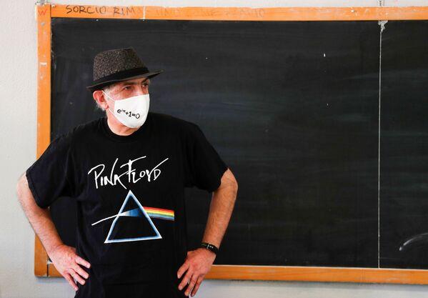 Insegnante di matematica che indossa una mascherina protettiva in una scuola a Roma - Sputnik Italia