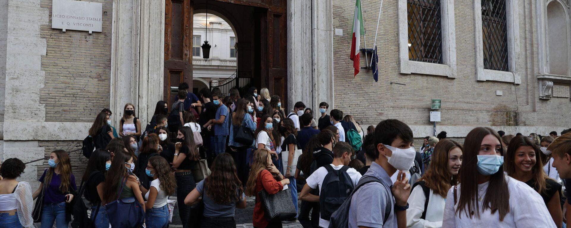 Alunni all'ingresso di una scuola, Roma - Sputnik Italia, 1920, 19.05.2021