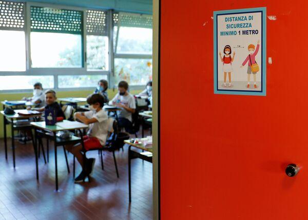 Illustrazione di concetto di allontanamento sociale sulla porta di un'aula presso la Scuola di Simonetta Salacone di Roma, Italia - Sputnik Italia