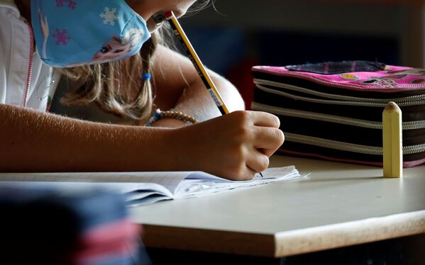 Un'alunna che indossa una mascherina protettiva ad una scuola di Roma, Italia - Sputnik Italia