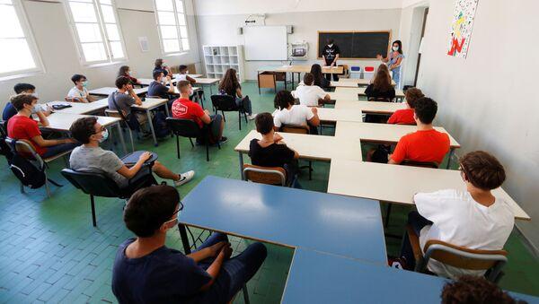 """Il primo giorno dopo una lunga pausa al Liceo Scientifico Statale """"Isacco Newton"""" di Roma, Italia - Sputnik Italia"""
