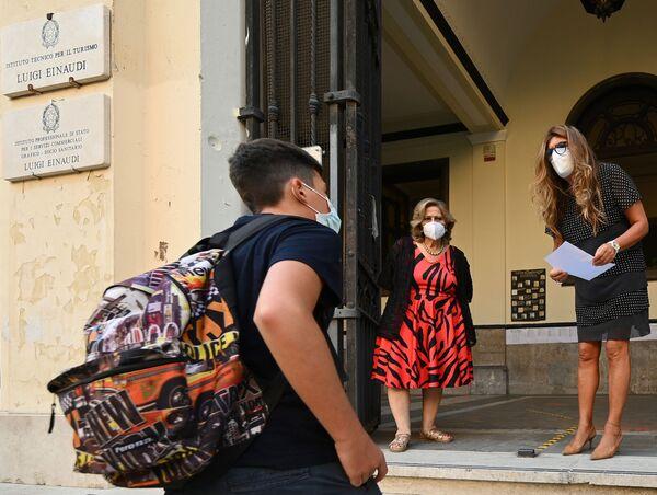 """Alunni e personale dell'Istituto d'Istruzione Superiore """"Luigi Einaudi"""" di Roma prima delle lezioni  - Sputnik Italia"""
