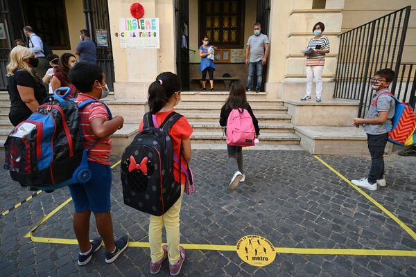 Alunni all'ingresso di una scuola a Roma - Sputnik Italia
