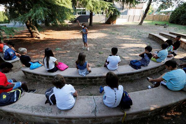 Alunni durante una lezione all'aperto in una delle scuole a Roma dopo riapertura, Italia - Sputnik Italia