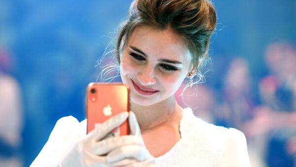 Una ragazza manda messaggi con lo smartphone - Sputnik Italia
