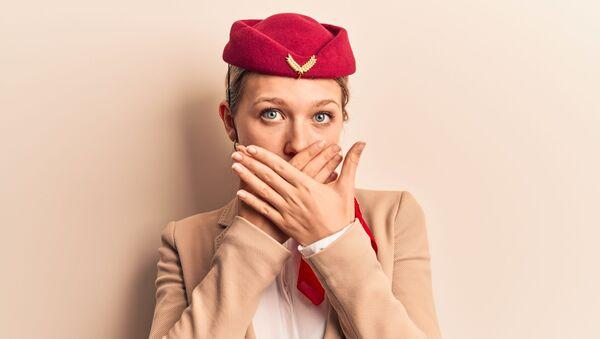 Стюардесса закрывает рот руками - Sputnik Italia
