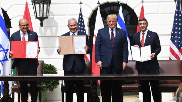 (L-R)Bahrain Foreign Minister Abdullatif al-Zayani, Israeli Prime Minister Benjamin Netanyahu, US President Donald Trump, and UAE Foreign Minister Abdullah bin Zayed Al-Nahyan participate in the signing of the Abraham Accords where the countries of Bahrain and the United Arab Emirates recognize Israel, at the White House in Washington, DC, September 15, 2020. - Israeli Prime Minister Benjamin Netanyahu and the foreign ministers of Bahrain and the United Arab Emirates arrived September 15, 2020 at the White House to sign historic accords normalizing ties between the Jewish and Arab states. - Sputnik Italia
