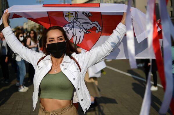 Una partecipante al corteo delle donne a Minsk, Bielorussia - Sputnik Italia