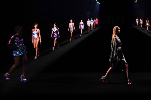 Una sfilata di moda durante la Settimana di moda Mercedes Benz a Madrid, Spagna, il 12 settembre 2020 - Sputnik Italia