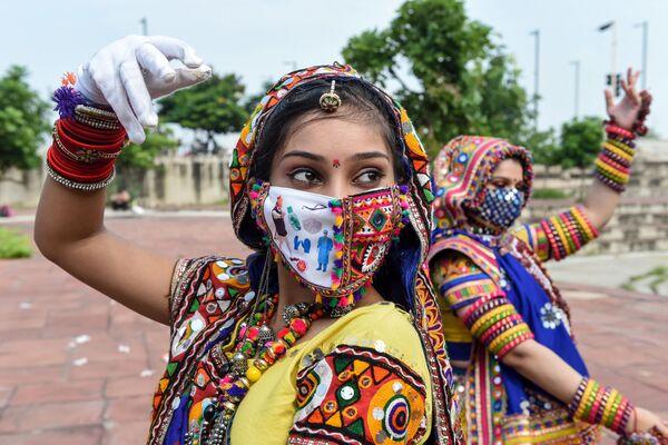 Ballerini folkloristici si esibiscono mentre una prova generale in vista del Navaratri, il festival indù di nove notti, ad Ahmedabad, il 12 settembre 2020 - Sputnik Italia