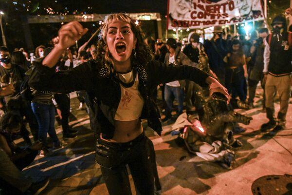 Una manifestante durante una protesta contro la brutalità della polizia a Medellin, Colombia, il 14 settembre 2020 - Sputnik Italia