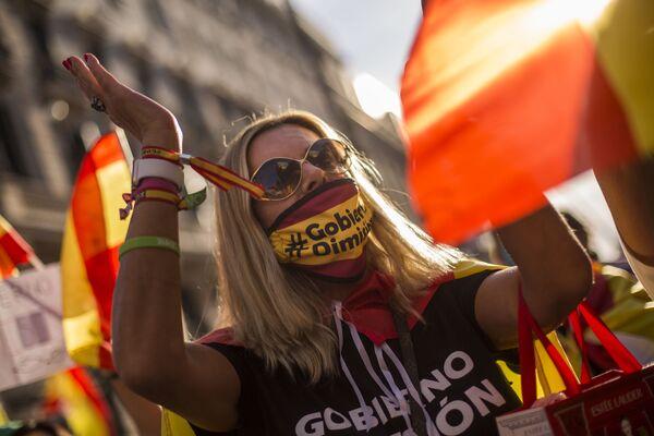 Una partecipante a una manifestazione antigovernativa a Madrid, Spagna - Sputnik Italia