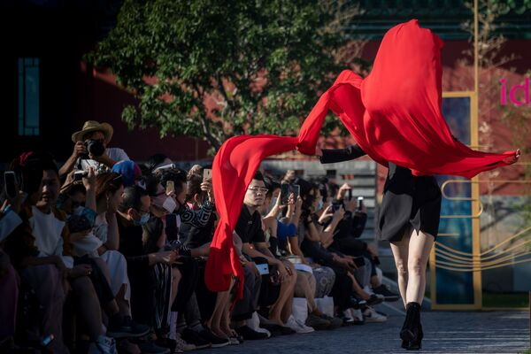 Una modella mostra una creazione della collezione idol lady2020 durante la Beijing Fashion Week a Pechino il 16 settembre 2020 - Sputnik Italia